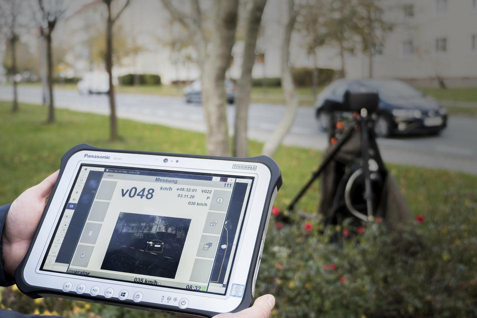 Wenn die Anlage einen Tempoverstoß registriert, bekommt der messende Ordnungsamtsmitarbeiter das entsprechende Foto auf sein Tablet. Hier hat die Laseranlage 48 Stundenkilometer festgestellt. Im Bild sichtbar: der gelbe Messrahmen.
