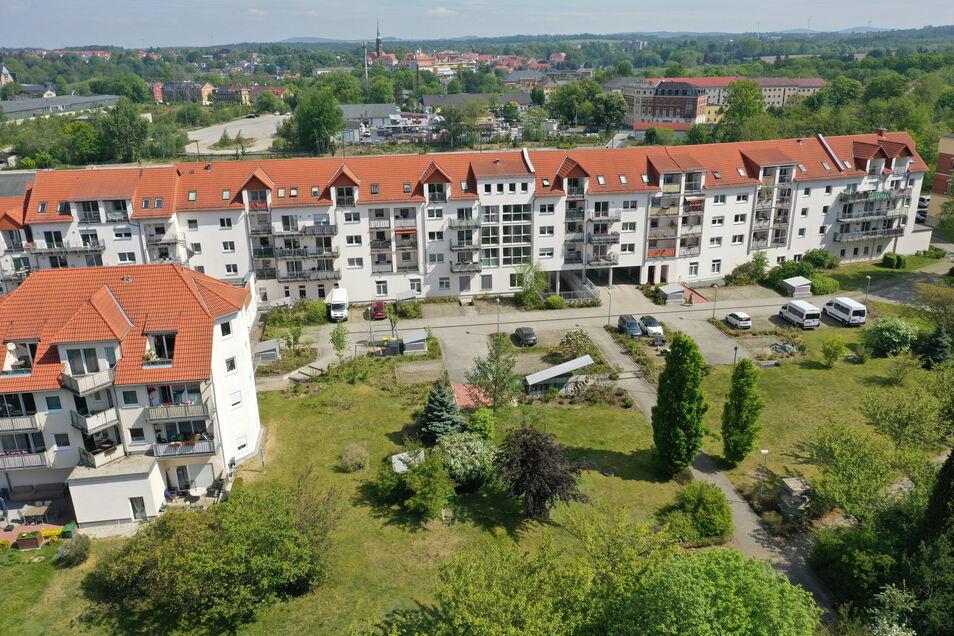 Auf der Freifläche am Advita-Pflegeheim in Radeberg entsteht ein neues Gebäude. Es soll 2022 fertig sein.