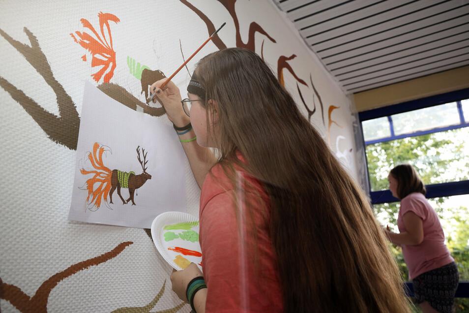 """""""Ich habe mir Tiere ausgewählt, die mir gefallen und zusammengefügt"""", erzählt die 13-jährige Velina aus Riesa. Herausgekommen ist ein Fantasietier mit Hirschgeweih, Fuchsschwanz, Greifvogelklauen und einer Schlange um den Körper."""