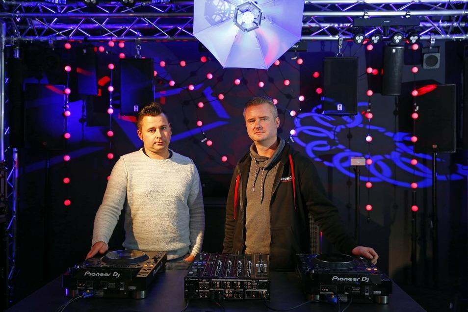 """DJ Romano Meinert (l.) und sein Chef Chris Gasch haben im Akustik Center Kamenz die """"Home-Bühne"""" installiert. Hier kann professionell gestreamt werden. An den Wochenenden nutzen das angesagte DJs der Region."""