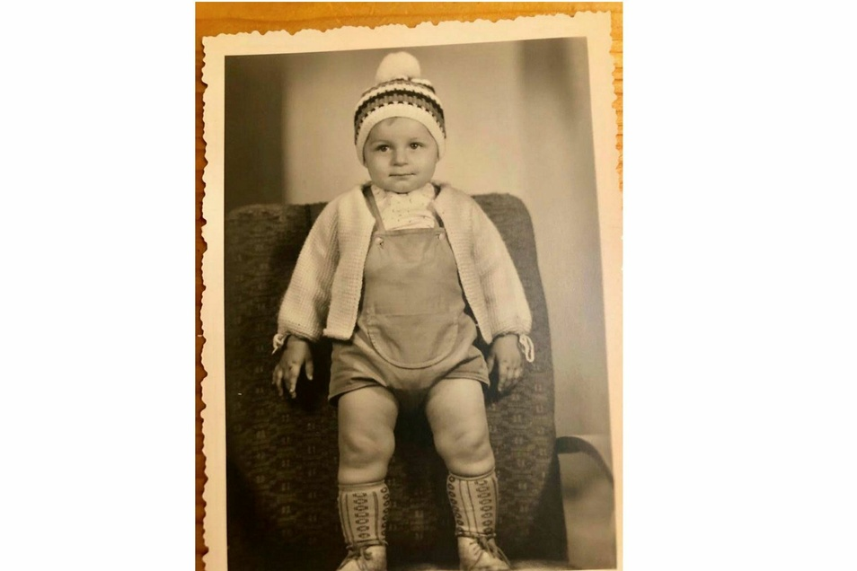 Kinderfoto von Rico Gebhardt. Das Bild wurde am 29. Juli 1964 in Aue aufgenommen. Rico Gebhardt ist dort 14 Monate alt und schaut offenkundig zuversichtlich in die Zukunft.