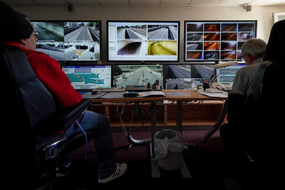 In der Reicker Tunnel-Betriebszentrale wird der Waldschlößchentunnel rund um die Uhr überwacht.