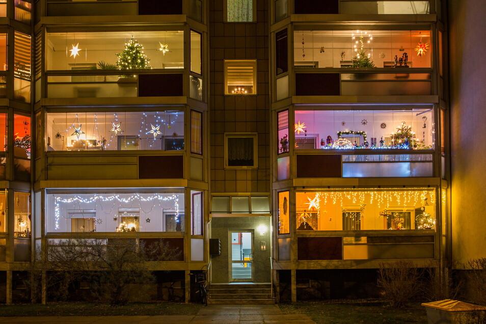 Auf diesen Balkonen auf der Bodenbacher Straße in Dresden wurde an Weihnachtsdekoration nicht gespart.