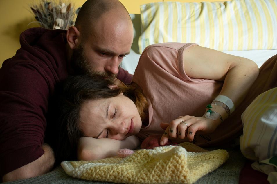 Manchmal braucht es keine Worte: Novas Eltern verabschieden sich von ihrer Tochter.