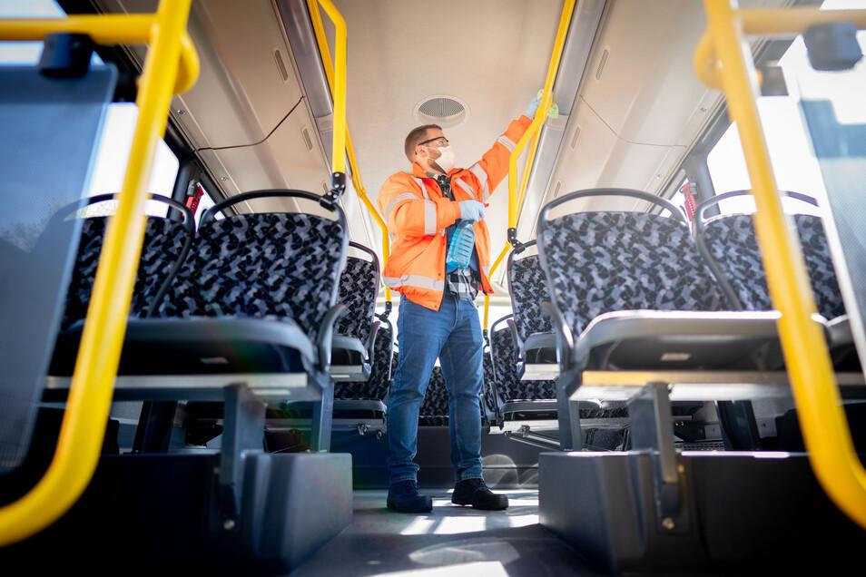 Desinfektion und Sauberkeit in den Bussen und Bahnen des öffentlichen Nahverkehrs ist in Pandemie-Zeiten besonders wichtig. Doch der Einbruch bei den Fahrgastzahlen führte zu Millionenverlusten beim VVO.