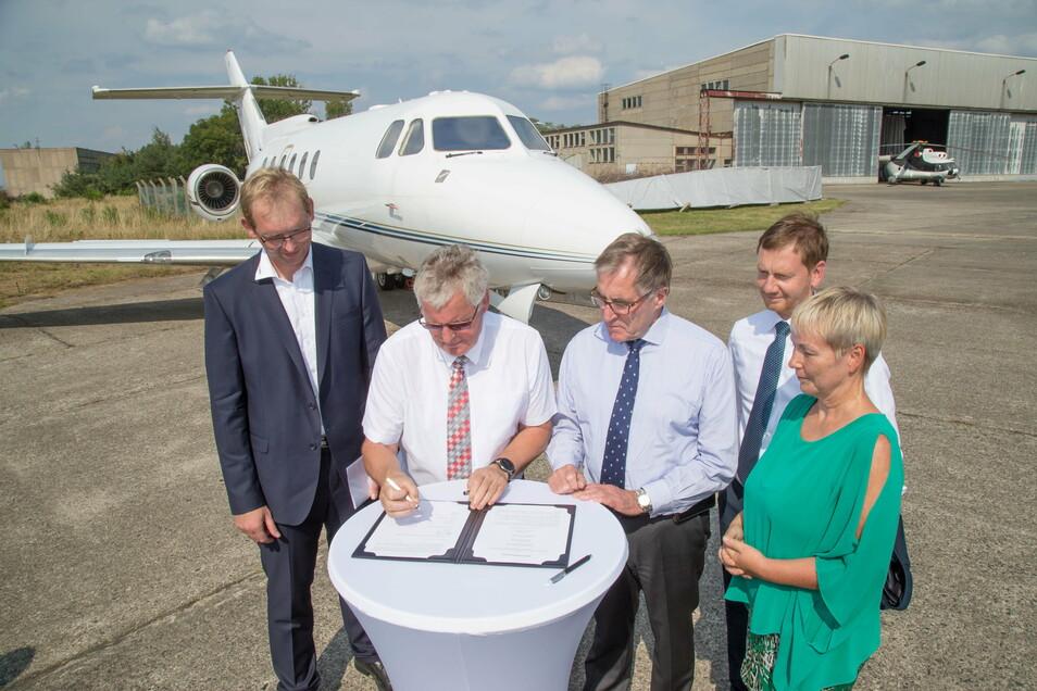 Im Beisein von Ministerpräsident Michael Kretschmer (2.v.r.) unterzeichneten Landrat Bernd Lange und EFW-Geschäftsführer Andreas Sperl 2018 die Absichtserklärung zur Gründung eines Recyclingzentrums auf dem Flugplatz Rothenburg.