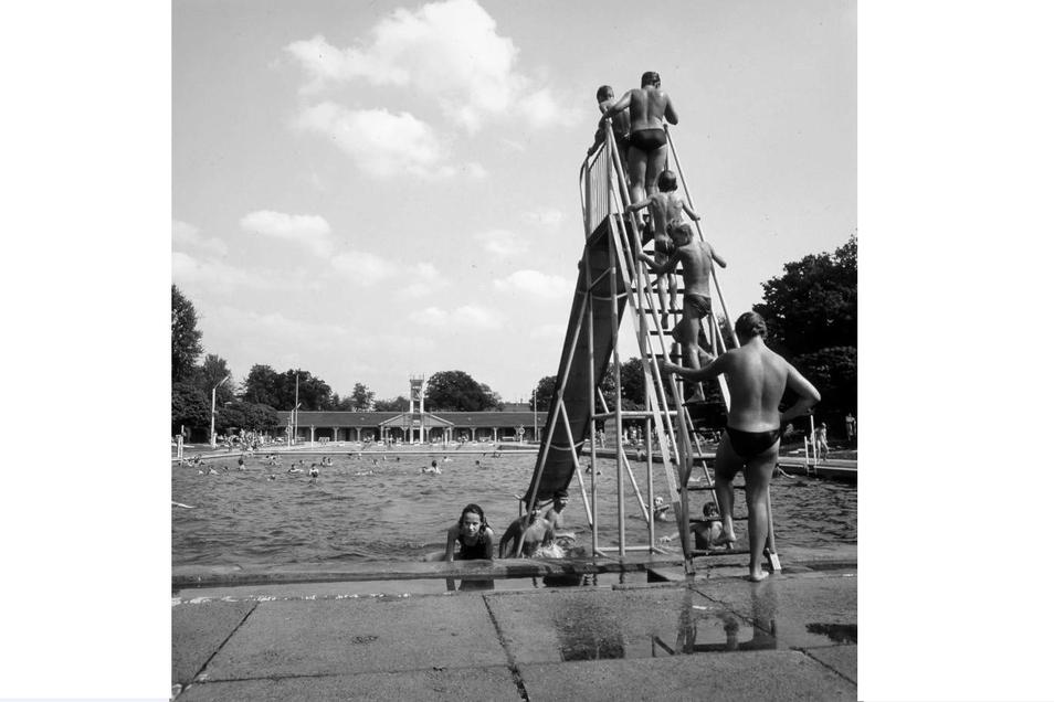 Immer gut besucht war die Rutsche des Zittauer Westbades, hier fotografiert 1988.