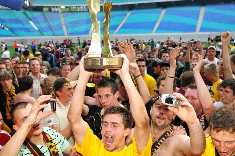 Vor elf Jahren schlug die zweite Mannschaft von Dynamo im Finale in Leipzig den VFC Plauen. Torhüter Benny Kirsten präsentiert stolz den Pokal.