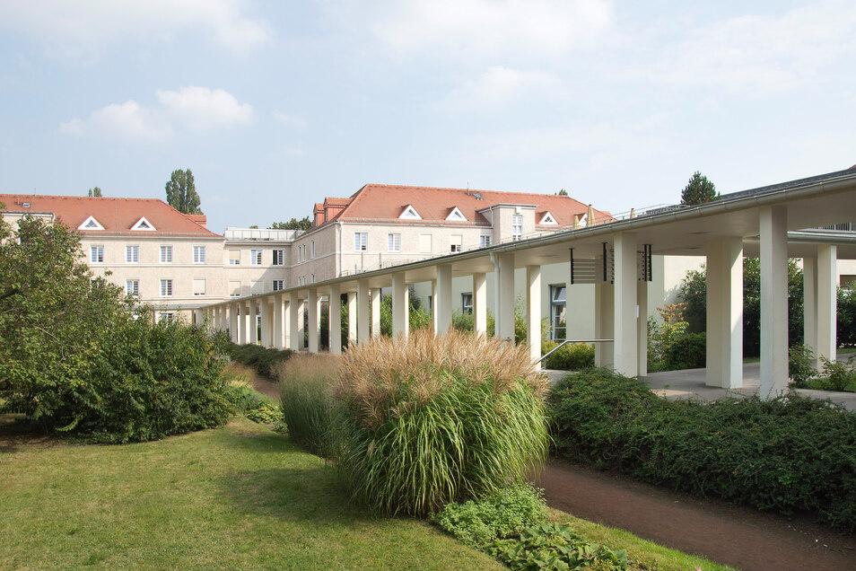 Das heutige Krankenhaus Dresden-Neustadt in Trachau wurde in den 1920er-Jahren als Pflegeheim eröffnet. Typisch sind die Pavillon-Gebäude, die über einen Laubengang miteinander verbunden sind. Seit Ende des Zweiten Weltkrieges wird das denkmalgeschützte E