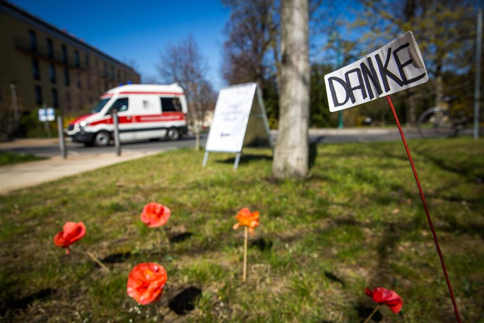 Die Covid-19-Notaufnahme im Krankenhaus Friedrichstadt. Jemand hat sich mit Blumen bei den Krankenhausmitarbeitern bedankt.
