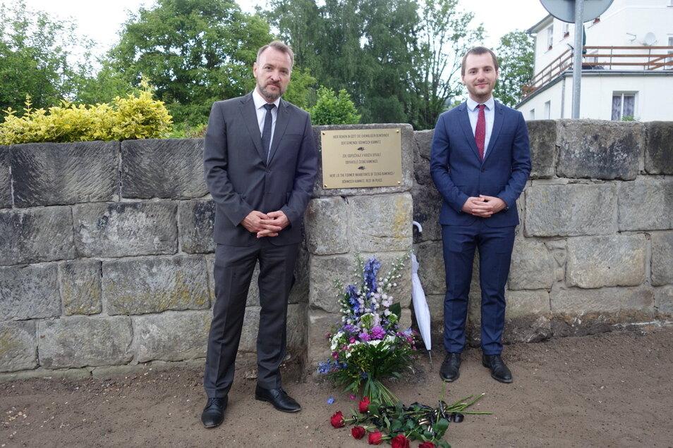 Martin Herbert Dzingel, Präsident der Landesversammlung, und Bürgermeister Jan Papajanovský neben der Gedenktafel im Franz-Preidl-Park.