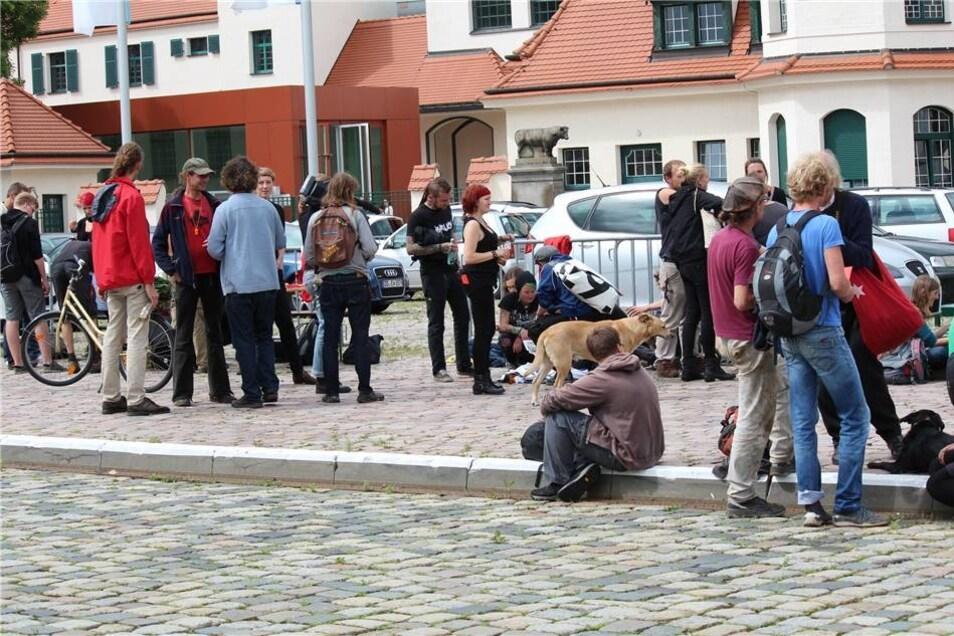 Die Sitzung findet im Saal Hamburg der Dresdner Messe statt. Davor hatten sich die Gegner der Bebauung von Überflutungsgebieten eingefunden.