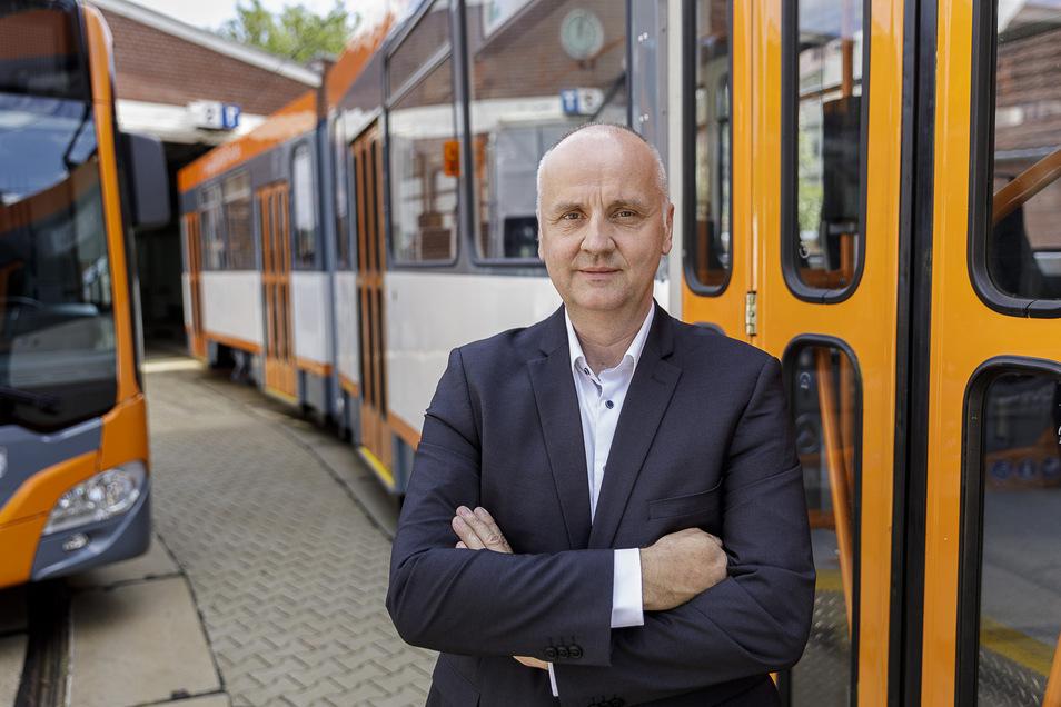 Andreas Trillmich, Geschäftsführer der GVB, steht neben der ersten neu gestalteten Straßenbahn im GVB-Design.