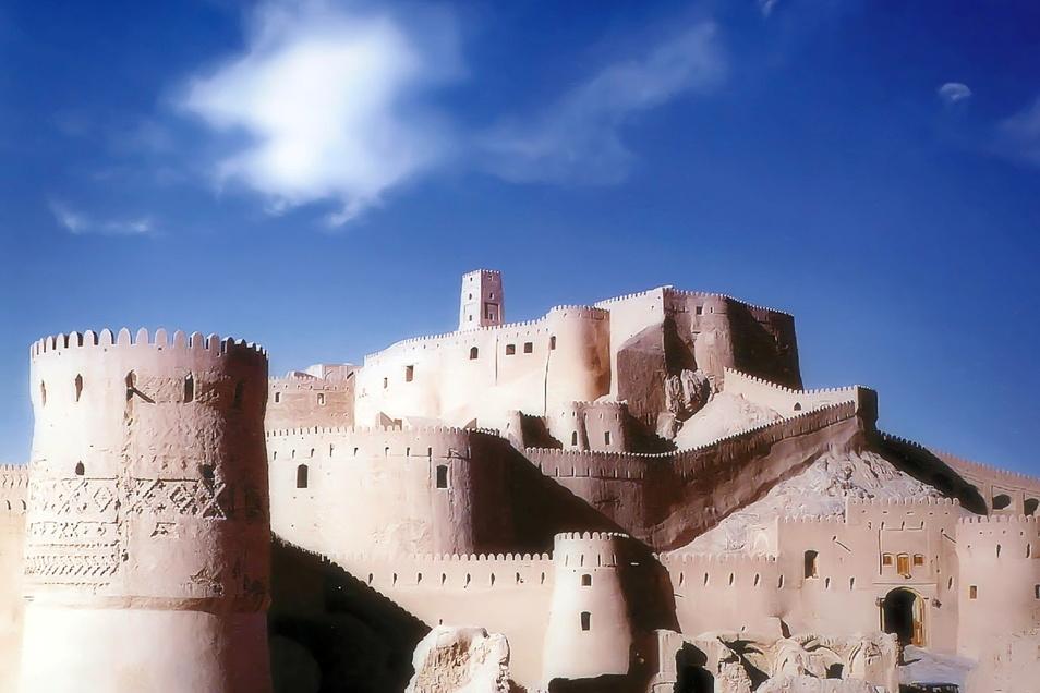 Bei der Zitadelle Arg-é Bam der Oasenstadt Stadt Bam im Iran handelt es sich zusammen mit den Gebäuden in der Umgebung um den größten Lehmkomplex der Welt. 2003 und 2004 wurde die verlassene Stadt von Erdbeben heimgesucht.