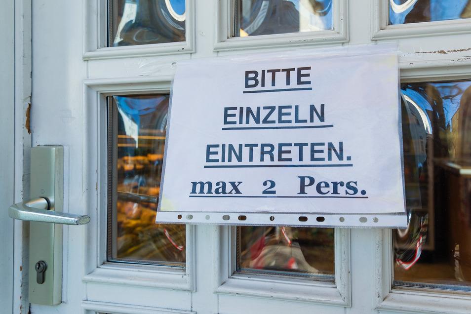 Erst einmal musste Verkäuferin Manuela Schuster einen Mann wieder raus schicken, weil er das Schild nicht gesehen hatte und schon zwei Kunden im Laden waren.