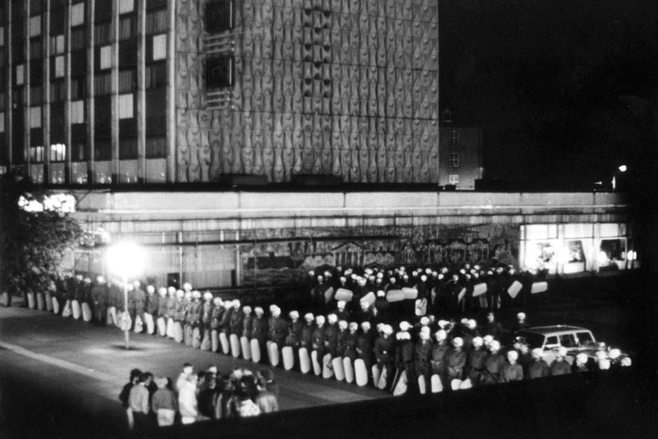 Prager Straße, 8.10.1989: Die Schilde seien auf sein Zeichen hin gesenkt worden, sagt Detlef Pappermann. Ein Zeichen des guten Willens.