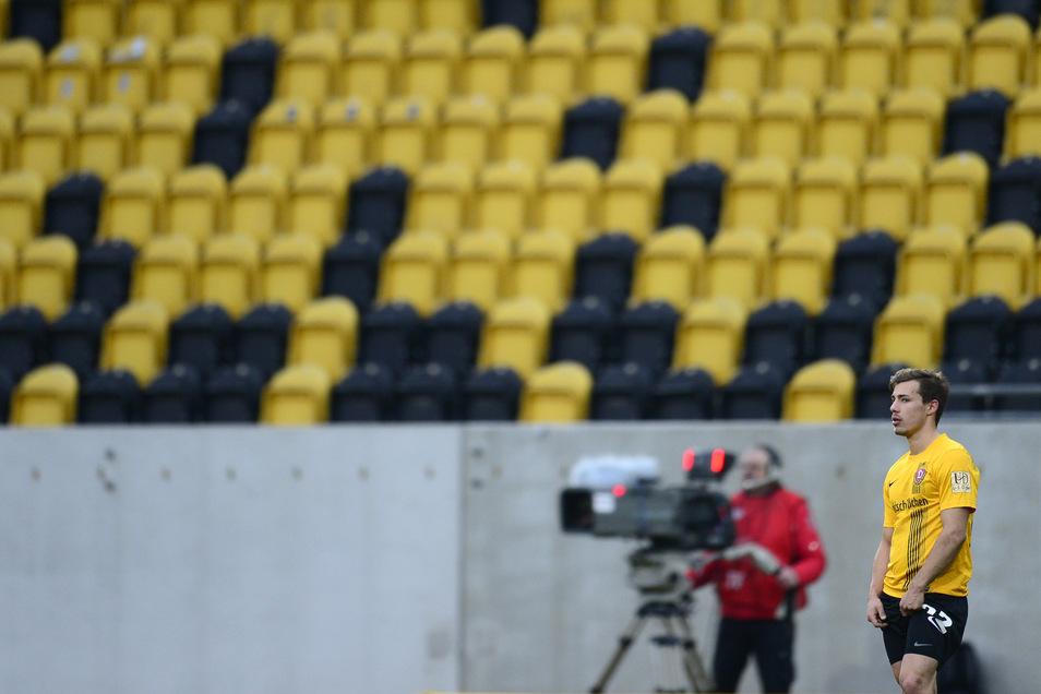 """Auf Abstand gehen sollen die Spieler - allerdings gilt das nur außerhalb des Fußballplatzes. Zuschauer dürfen nicht ins Stadion. Dynamo hat solche """"Geisterspiele"""" unter anderem im Februar 2015 gegen Erfurt bereits erlebt."""