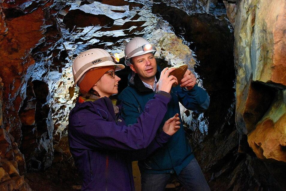 Die Geologin Anja Ehser und Dr. Jörg Reichert, Vorstand der Deutsche Rohstoff AG sind hier in Sadisdorf unter Tage. Das Unternehmen hat Sadisdorf erkundet, bevor es die Lizenz an Lithium Australia weitergegeben hat.