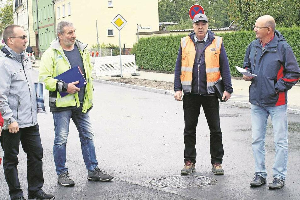 Stefan Przymosinski von den Stadtwerken (li.), Mario Brendel von der Strabag (2.v.re.), Bauamtsleiter Thomas Böse (re.) und Vertreter weiterer Firmen bei der Bauabnahme.