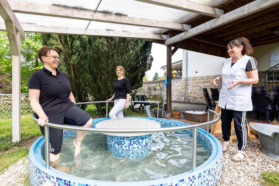 Sie sind es gewohnt: Anke Dittrich (l.) und Peggy Ansorge bei einer Runde im Wassertretbecken im Garten der Physiotherapie von Carina Fischer.