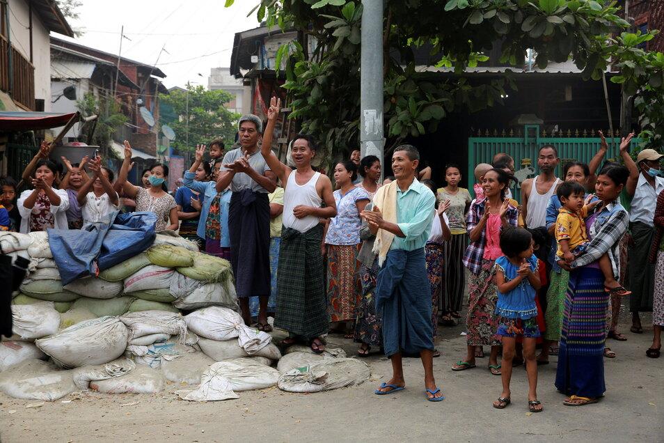 Anwohner in Mandalay zeigen den Dreifingergruß während einer Demonstration gegen die Militärjunta.