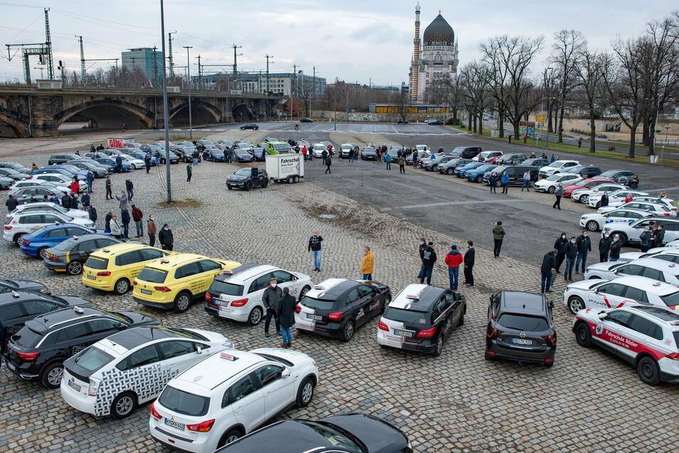 Über hundert Fahrschulen haben sich am Freitag auf dem Terrassenufer in Dresden eingefunden, um für mehr Unterstützung in der Pandemie zu kämpfen.