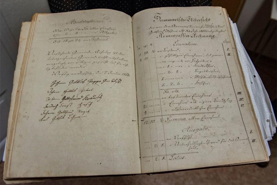 Das erste Protokollbuch der ehemaligen Gemeinde Weißig am Raschütz stammt von 1839 und ist eines der ältesten Dokumente, die Annelies Bennewitz jetzt weitergibt.