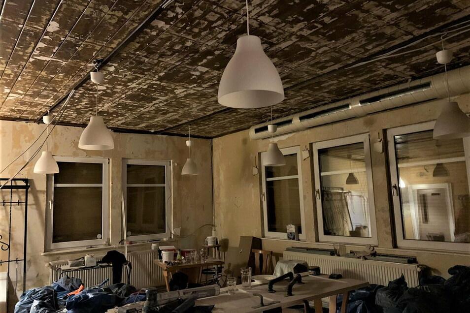 ...Werkzeug und die alten verstaubten Tische und Stühle...