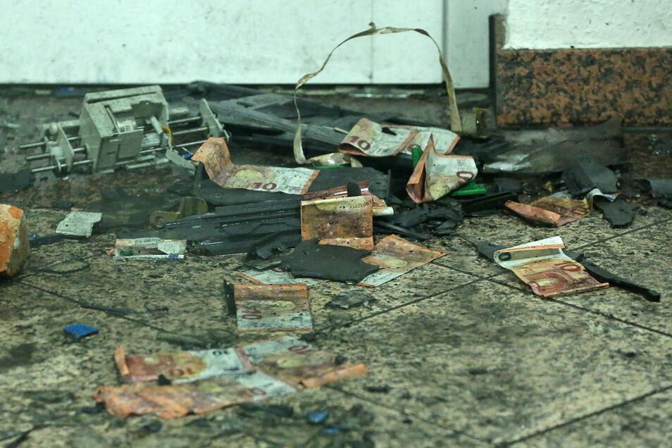 """Einiges vom Inhalt des Geldautomaten war auf dem Fußboden """"verteilt""""."""