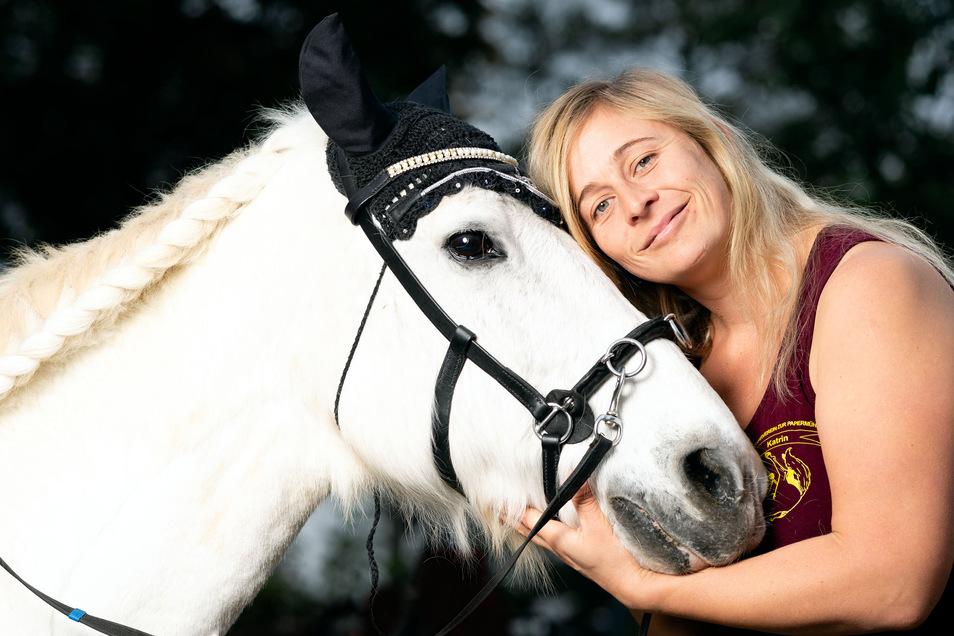Pferdehof in Hermsdorf am Mittwoch den 23.10.2019  im Bild Katrin Mierl mit dem 25 jährigen  Ponny Charly