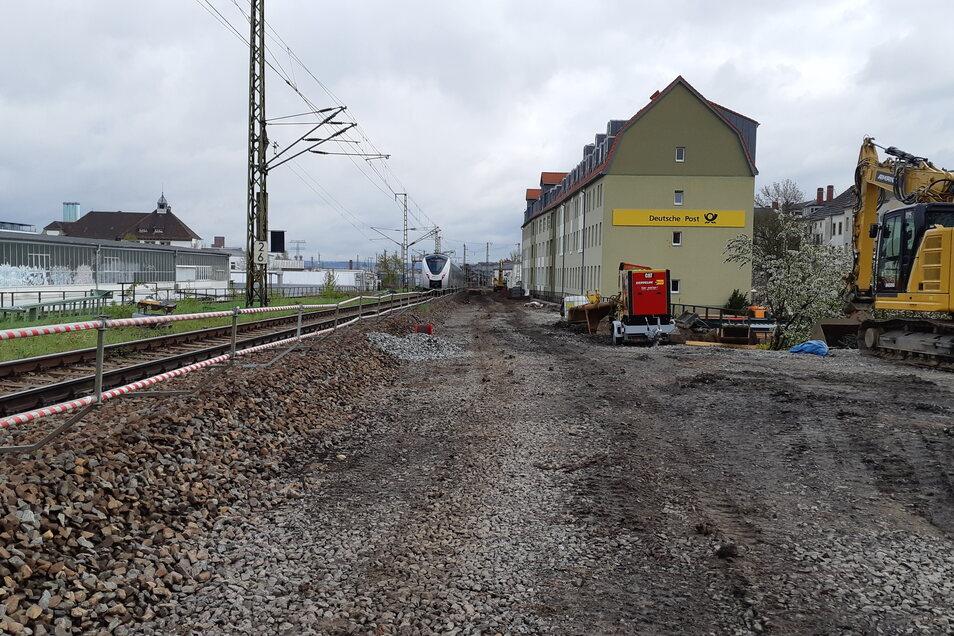 Hier am Schwerterhaus nahe der Würzburger Straße ist noch das alte Gleis zu sehen, daneben entsteht ein provisorisches.