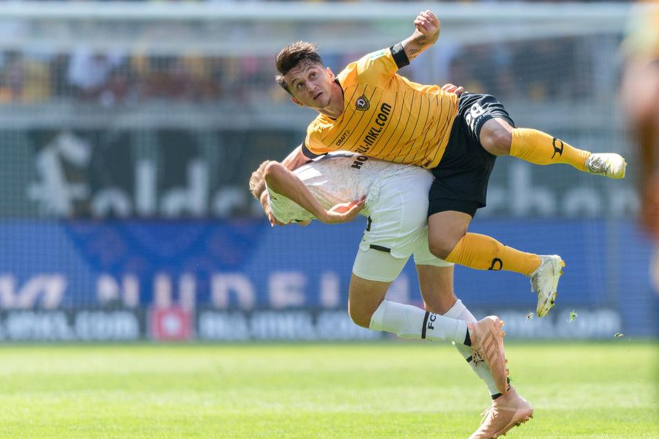 Dynamos Baris Atik (r) gegen St. Paulis Niklas Hoffmann.