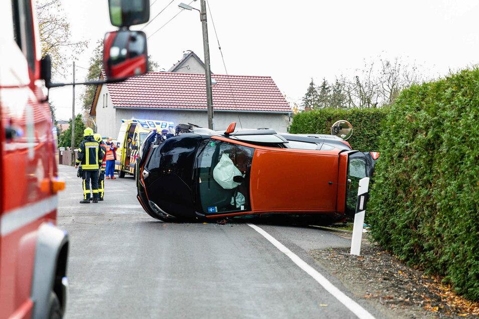 Auf der Straße zwischen Neukirch bei Kamenz und Schwepnitz ist am Freitagvormittag ein Auto auf der Seite gelandet.