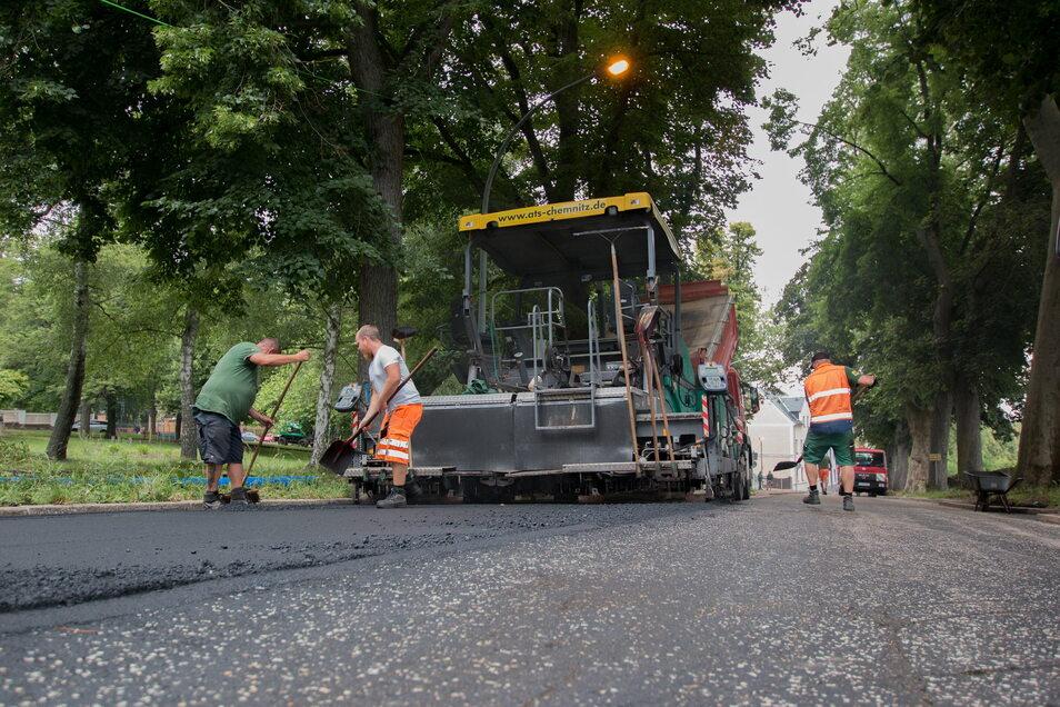 Die Straßenarbeiter haben am Mittwoch und Donnerstag neuen Asphalt auf die Sonnenstraße gebracht. Bald kann der Verkehr dort wieder rollen.