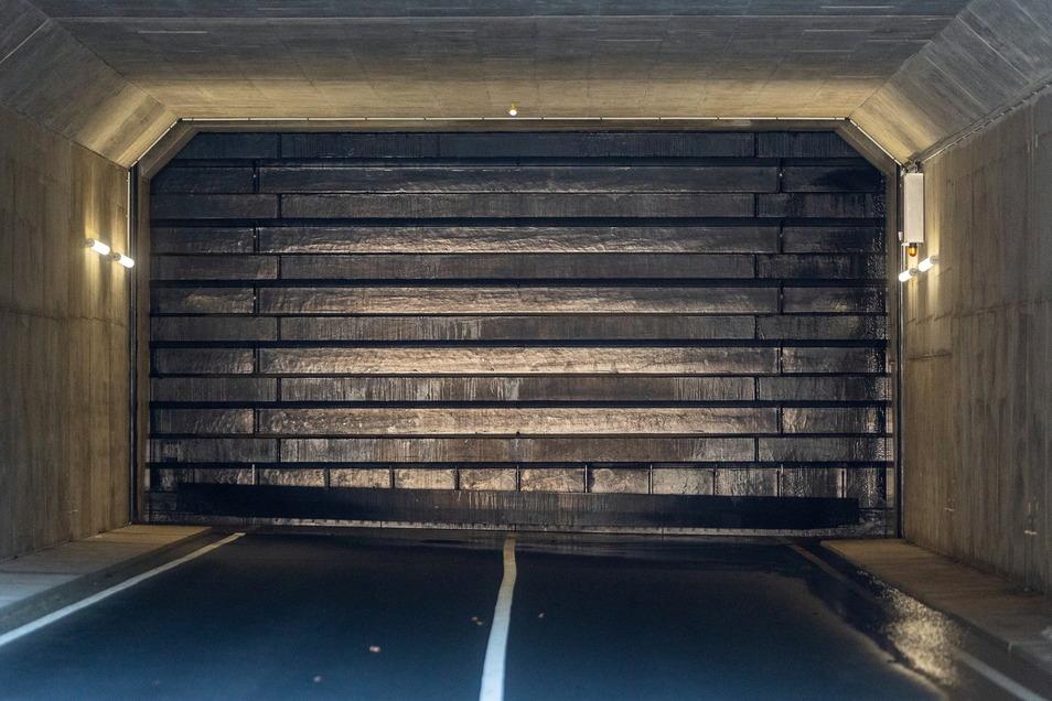 Diese tonnenschwere Stahlplatte verschließt den Autodurchlass am Hochwasserschutzdamm im Pöbeltal. Funktioniert sie auch unter dem Wasserdruck. Das zeigt der Probestau.