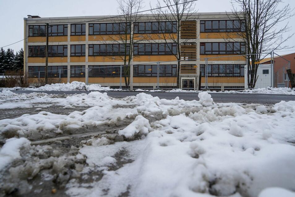 Abgesperrt ist die ehemalige Mittelschule bereits. Bis Ende Februar soll sie verschwunden sein.