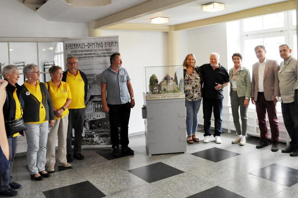Vertreter aus Heidenau (.) und Lwowek Slaski mit dem Direktor Robert Zurek (2. v. rechts) und Modellbauer Rainer Dierchen (4. v. rechts) am aktuellen Platz des Modells.