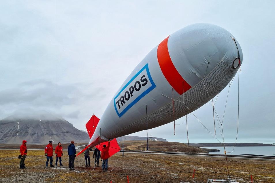 An der Küste von Spitzbergen bei Longyearbyen. Der Fesselballon des Leipziger Tropos-Instituts wird für den Start vorbereitet.