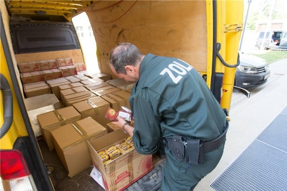 Etwa eine Halbe Tonne unversteuerten Kaffee aus Vietnam entdeckten die Zöllner in einem Transporter mit Ziel Leipzig.