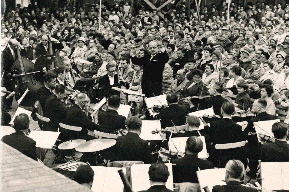 """Da stand Haffner noch selbst vor dem Orchester: Auftritt mit dem Volkskunstensemble """"Joliot Curie"""" auf dem Rathausplatz in Riesa. Die Aufnahme entstand Anfang der 1960er-Jahre."""