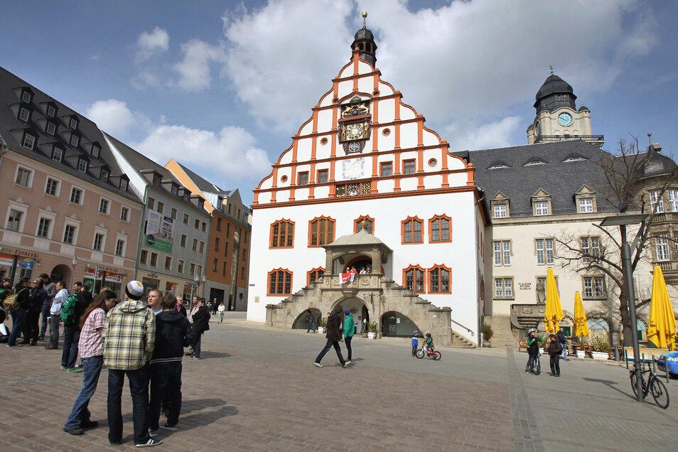 Blick auf den Marktplatz von Plauen mit dem Alten Rathaus und seinem prächtigem Renaissance-Giebel.