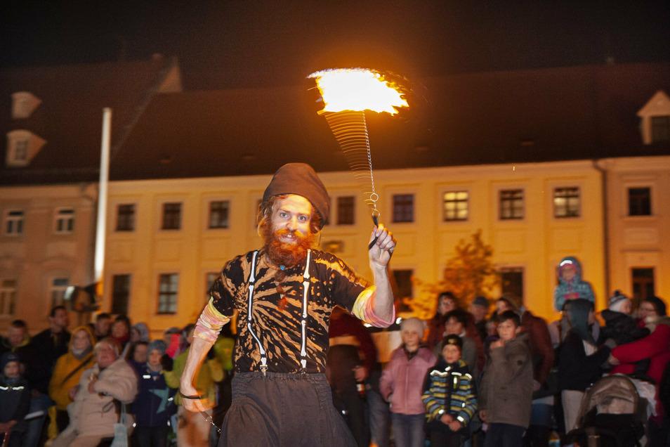 Ein Hingucker bei der Einkaufsnacht: Der Flammenzirkus unterhielt Groß und Klein mit seinem Feuermärchen. Ein buntes Besuchergedränge, das es dieses Jahr so nicht mehr geben darf.