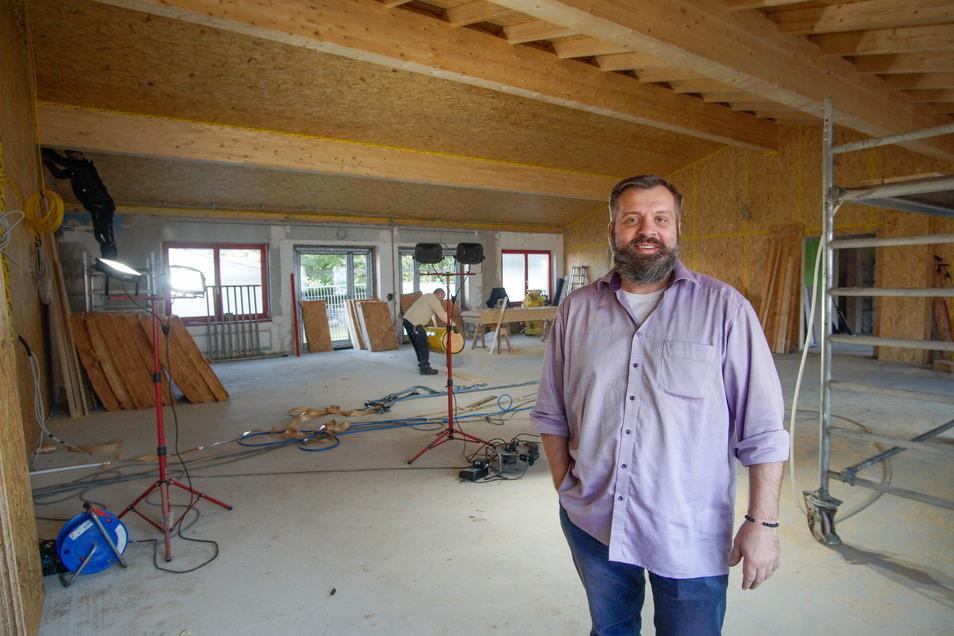 Robert Geburek zeigt den neu geschaffenen Mehrzweckraum im Jugendhaus an der Belmsdorfer Straße in Bischofswerda. Der erste Abschnitt beim Umbau soll Anfang 2022 fertig sein.