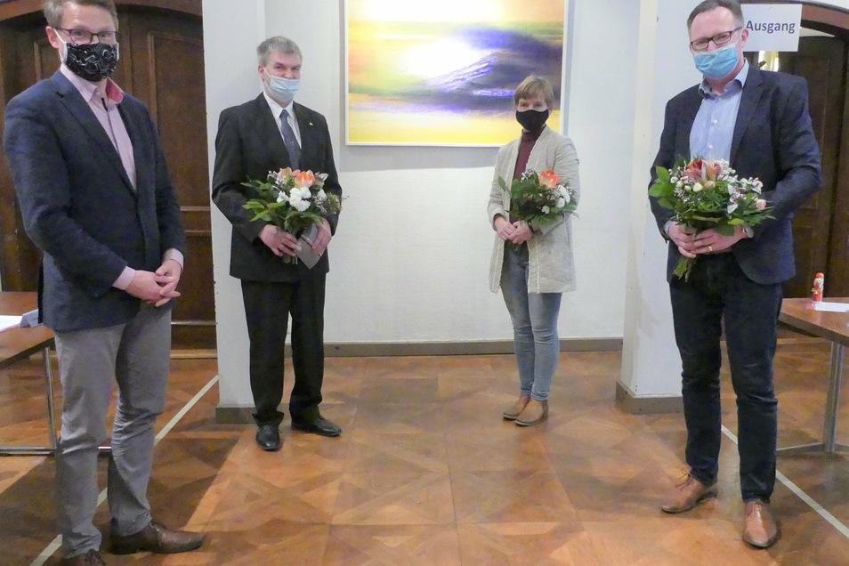 Bürgermeister Veit Lindner (links) bedankte sich bei dem scheidenden Friedensrichter Jörg Gobsch (Zweiter von links) und begrüßte die neue Friedensrichterin Anja Weber und den neuen Protokollanten Maik Herbrig.