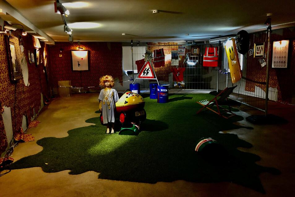 """Objekte des britischen Streetart-Künstlers Banksy sind in der Installation """"Urbaner Käfig"""" im privaten Rosenhang Museum ausgestellt."""