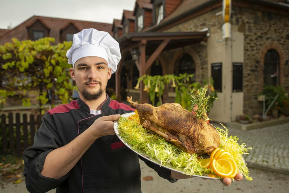 Der Koch im Restaurant Kupferberg in Großenhain, Fabian Herget, präsentiert eine Martinsgans mit Beilage. Eine Köstlichkeit zum Verspeisen in den eigenen vier Wänden.