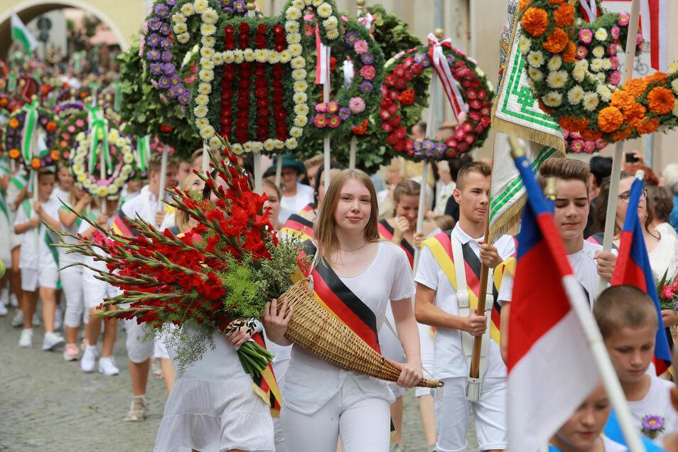 An den Umzügen zum Kamenzer Forstfest beteiligen sich regelmäßig bis zu 1.500 Mädchen und Jungen der Kamenzer Schulen. Das Fest soll nun Immaterielles Kulturerbe werden.