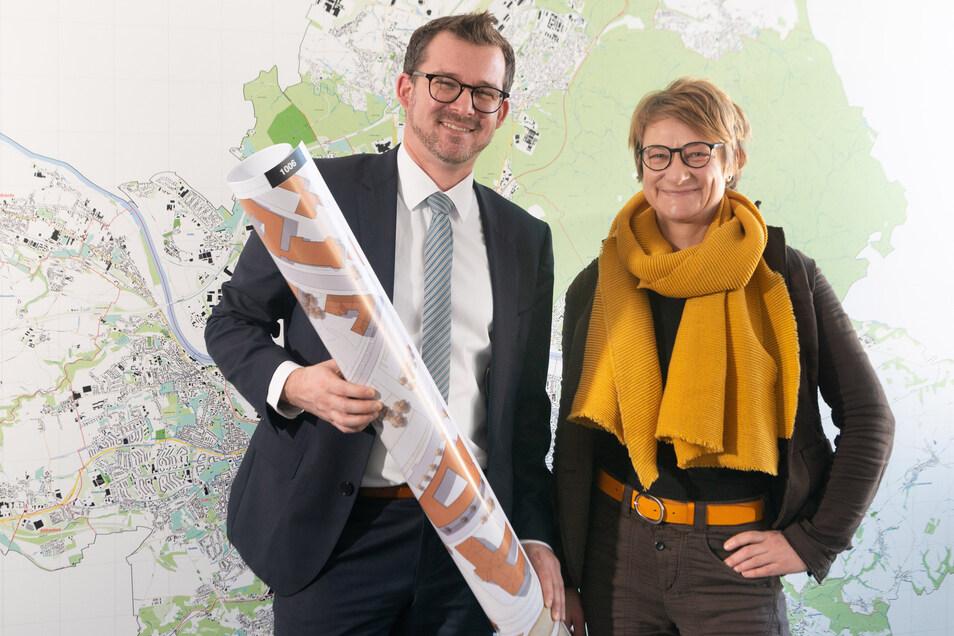 Baubürgermeister Raoul Schmidt-Lamontain und Stadtplanerin Anja Heckmann mit dem gerollten Siegerentwurf für das Königsufer.