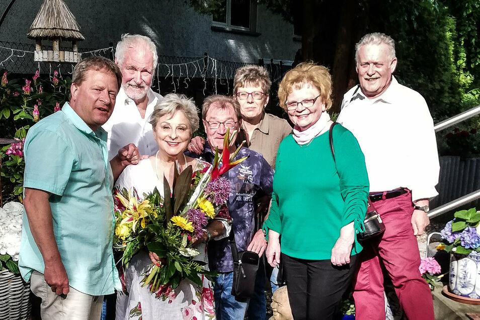 Peter Hoffmann (links) und Vertreter vom Bürgerrat Königshufen weilten zu Himmelfahrt 2020 bei Dagmar Frederic (mit Blumen) und gratulierten nachträglich zu deren 75. Geburtstag.