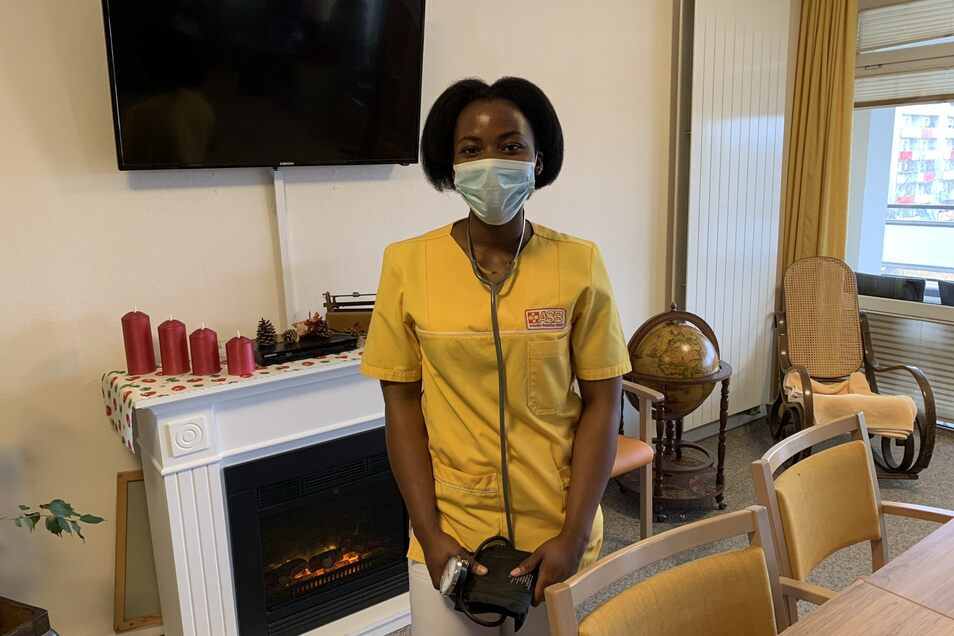 Das Blutdruckmessen gehört inzwischen zu den Aufgaben von Ann Chinwendu Edokam.